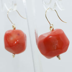 Earring with Mediterranean coral, and 18 kt gold clasp and trimmings