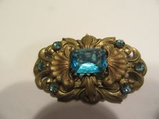 Vintage brooch, gold-coloured with blue, cut stones.