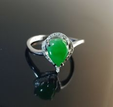 Vintage green Jadeite and Diamond 18K gold ring. Incl. Hong Kong gemological certificate