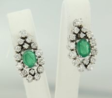 18 kt white gold ear studs set with emerald and 34 brilliant cut diamonds, approx. 2.50 carat in total