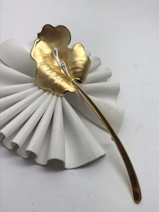 Diamond leaf brooch made of yellow gold with 2 diamonds each of 0.01 ct