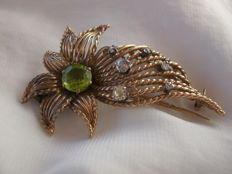 Unmarked 9ct yellow gold brooch with central Peridot and 6 diamonds