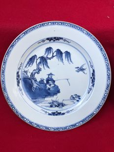 Two blue and white plates decorated with a Chinese fisherman - China - Qianlong period (1736-1795)