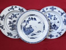 Three blue and white plates, one decorated with a fisherman - China - Qianlong period (1736-1795)