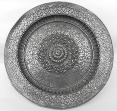 Mughal or Deccani silver thali - India - Early 19th century (26,5 cm)