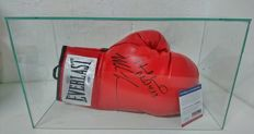 Right-handed red boxing glove, Everlast, signed by Mike Tyson and Evander Holyfield on the occasion of his 97th bout famous for the bite on the ear, with a glass urn and PSA / DNA certificate of authenticity.