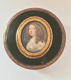 A fine tortoise, shagreen and gold mounted snuff box with a miniature portrait depicting Queen Christina of Sweden (1626-1689), France, circa 1795