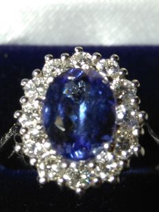 Cocktail ring in 18 kt gold with 2.30 ct tanzanite (colour D) and diamonds for 0.75 ct