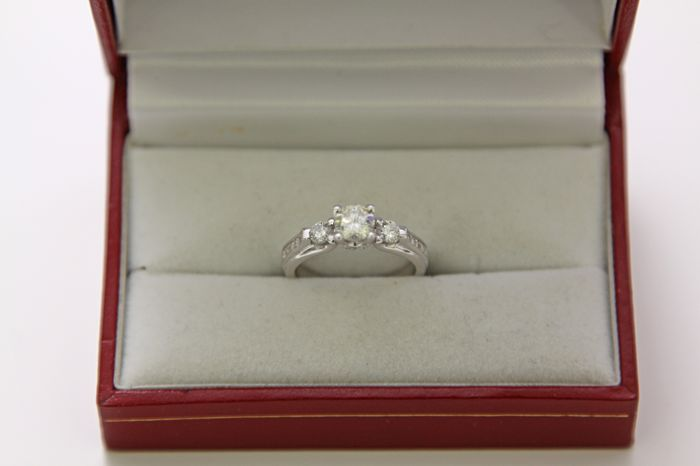 Engagement ring, with certificate, in 14 kt white gold with diamonds totalling 1.15 ct, size: 16.5 mm