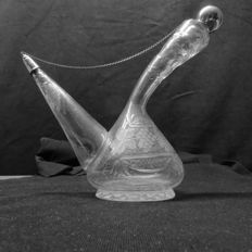 Table liqueur decanter with silver stopper system