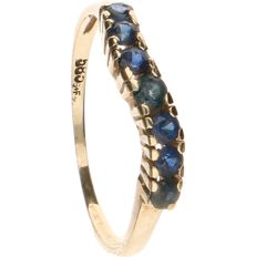 14 kt yellow-gold channel ring, set with sapphires - ring size: 15.5 mm