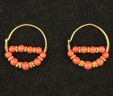 Antique 14 kt gold earrings with coral and 22 kt gold setting - Central Asia - Second half of 20th century