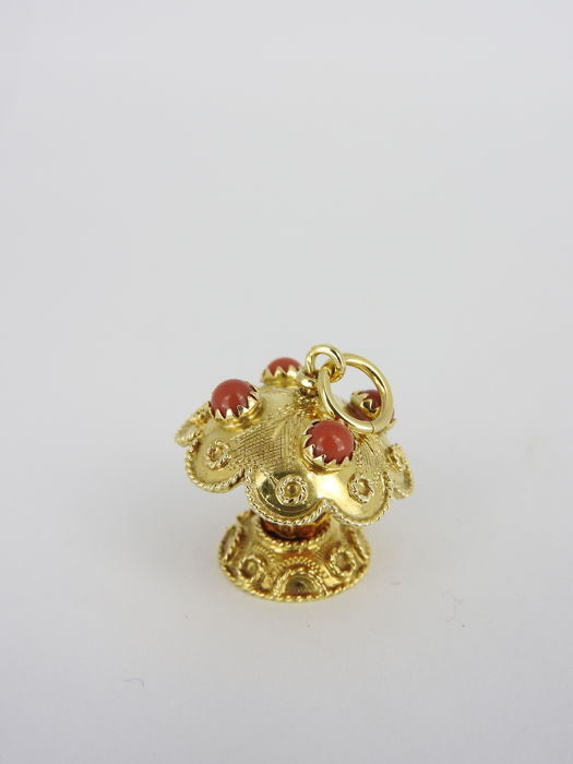 18 kt gold pendant with precious coral and beads