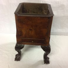 Tea caddy to be used as a wine cooler, with inner copper tray and Chippendale feet - walnut - ca. 1890