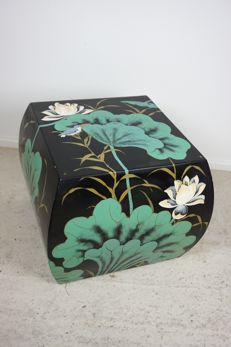 Chinese lacquerware side table with a decor of lotus flowers and a bird - Hong Kong - late 20th century