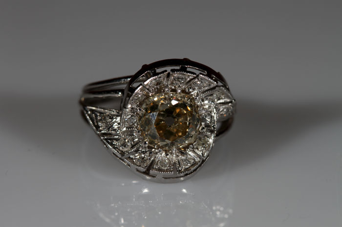 Original ring from 1930s, Deco style, in platinum with central diamond and diamond accents