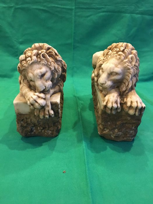 Pair of lions in marble dust - 20th century - Italy