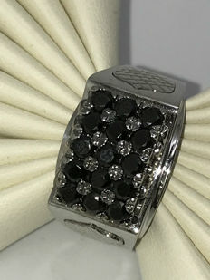 Large black signet ring made of 14 kt / 585 white gold with 15 black zirconia, approx. 0.05 ct