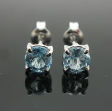 Earrings, white gold 18 kt set with 2 aquamarine round-cut tot 2.00 ct.