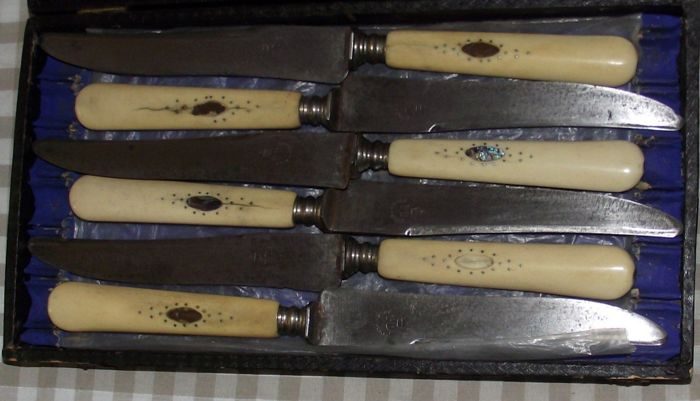 """Antique case with six knives with bone handles, inlaid in nacre,  steel blade with Monogram """"PD"""" and crown. From Italy"""