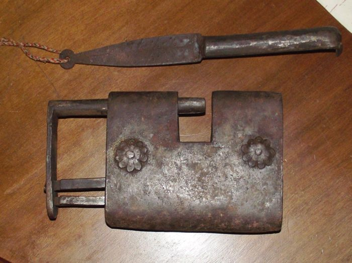 Rare padlock push with separate iron carabiner - Italy - 16th century