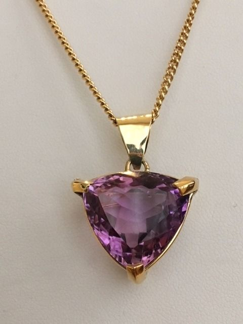 18 kt yellow gold necklace (44 cm) with a pendant set with a trillion cut amethyst of approx. 10 ct