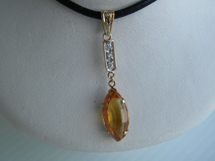 18 kt gold pendant with natural diamonds for 0.05 ct and topaz for 6.00 ct - Total weight: 2.20 g - Dimensions: 3.89 x 0.79 cm
