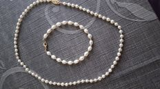 Ladies necklace (42 cm) and bracelet (19 cm) in 18 kt/750 gold and with cultured pearls