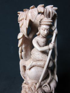 Ivory statue of a hunting scene - India - circa 1900–1930