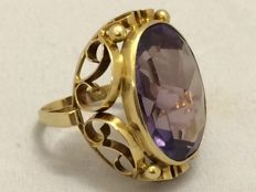 14 kt gold ring with a large, rose cut, synthetic amethyst - ring size 17 mm