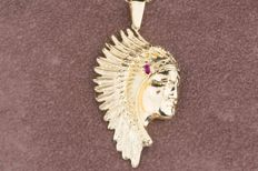 Pendant in 18 kt yellow gold in the shape of an Indian's head with 1 baguette ruby of approx. 0.02 ct