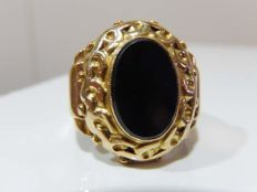 18 kt gold signet ring with large table decorated with onyx, 30s/40s