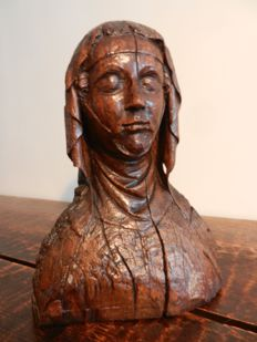 Bust of woman in walnut - 14th / 15th century