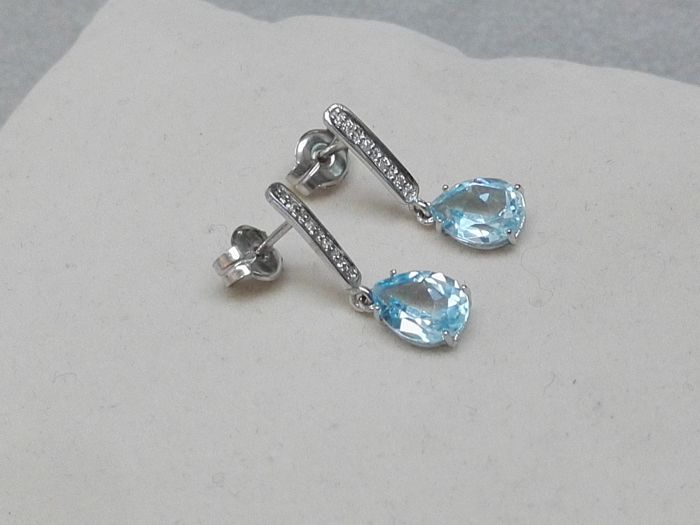 Earrings in 18 kt white gold with diamonds and blue topaz