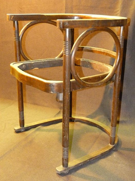 Merveilleux Josef Hoffmann (after)   Chair With Armrests Made Of Bentwood For The  Fledermaus Cabaret