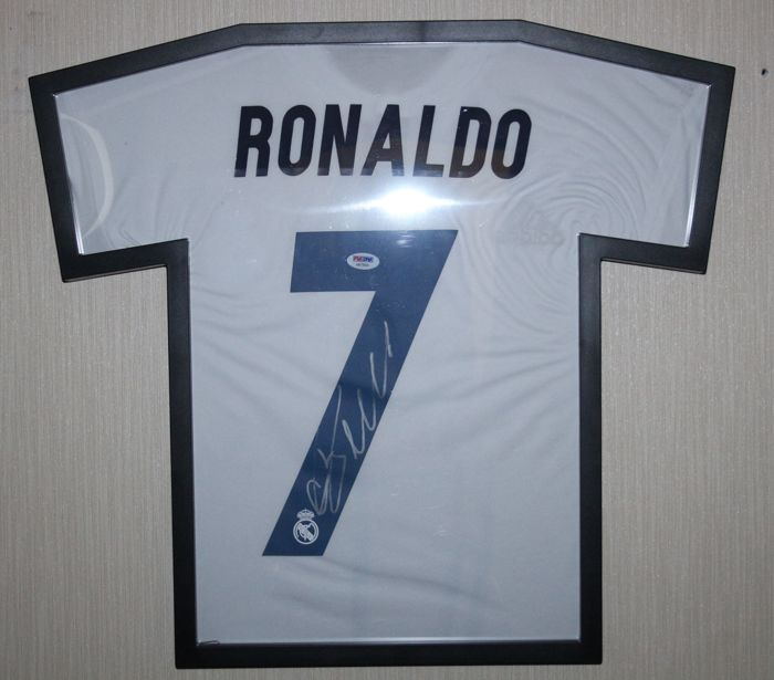 purchase cheap 4b119 25518 Signed Cristiano Ronaldo FC Real Madrid 2016 / 17 framed Jersey with  Certificate of Authenticity PSA/DNA - Catawiki