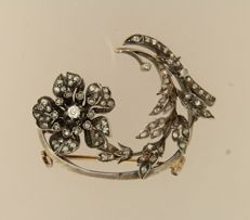 Gold with silver brooch in the shape of a flower, set with old cut diamond, approx. 0.80 ct in total