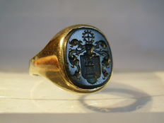 Antique 14 karat heavy signet ring with hand engraved noble coat of arms in blood jasper of approx. 6 ct, made around 1920