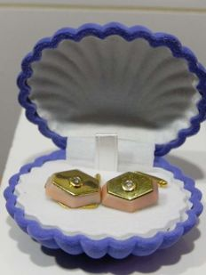 Cufflinks in 18 kt yellow gold with angel-skin coral and diamond.