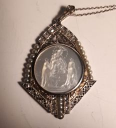 Pendant in 18 kt white gold with engraved mother of pearl, from the 1920s