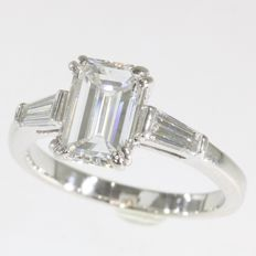 Dazling engagement ring with 2.5 ct diamonds anno 1970 - with diamond certificate