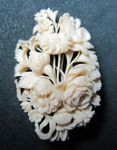 High-quality antique ivory brooch, circa 1900, CITES certified by expert