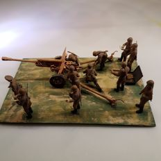 Scale model of 11 soldiers with gun WW II