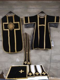 Cope and chasuble in black and gold velvet with embroidery of gold thread, stole, palle, maniples - 19th century