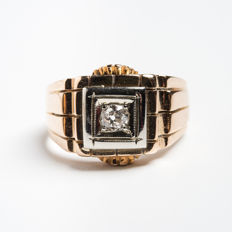 Men's pinky ring. Decò, from the early 20th century in 18 kt gold with diamonds and engravings