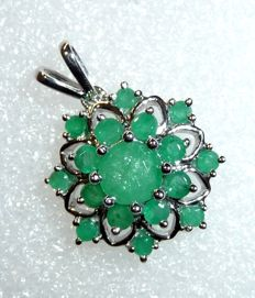 Pendant made of 14 kt/585 white gold, blossom-shaped rosette with 2 ct emerald, like new; no reserve price