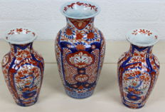 Three antique Imari porcelain vases with floral decoration - Japan - Late 19th century
