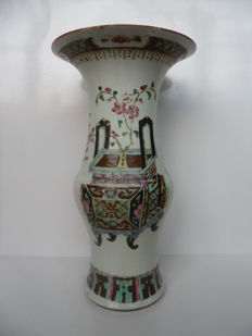 Porcelain vase with a decoration of antiquities - China - late 19th century