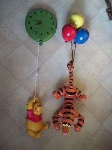 Disney, Walt - 2 statues - Winnie the Pooh balloonclock + Tigger hanging on balloons (ca. 2000s)