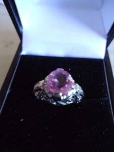 18 Kt White gold ring with Pink Sapphire and 2 diamonds on shank - - No Reserve